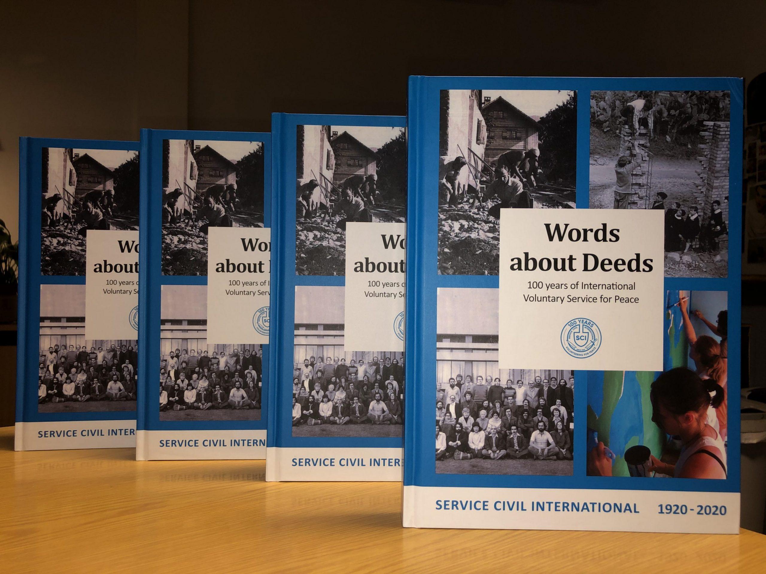 """Il libro """"Words about Deeds"""" ripercorre la lunga storia del servizio civile internazionale per la pace. Diversi articoli evidenziano le fasi e gli sviluppi del SCI con l'aiuto di storie e ritratti di attivisti durante i 100 anni del SCI."""